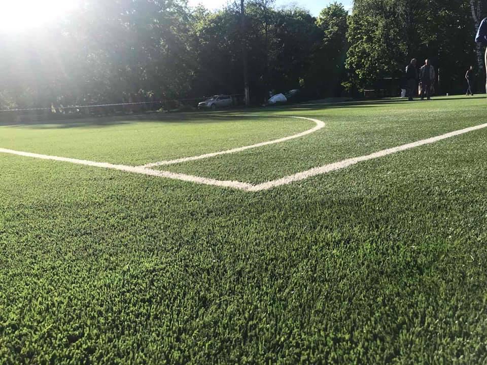 Новий спортивний майданчик зі штучним покриттям для гри у футбол