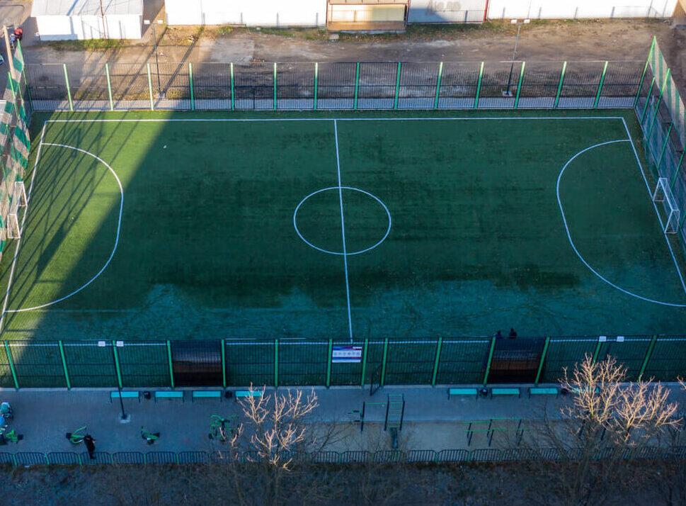 Міні-футбольний майданчик з вуличними тренажерами